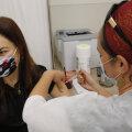 OODATUD SÜST: Naine saab Maccabi tervisekeskuses koroonavaktsiini.