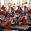 Songyo õmblustšehhi töölised möödunud kuu algul näomaske valmistamas.