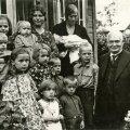 NÄIDISPERE: President Konstantin Päts käis augustis 1938 Hiiumaa lasterikkaimal, 12lapselisel Piilide perel külas ja kinkis pesamunale 300 krooni hambarahaks.
