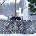 Aivar ja Ruti oma koduväraval, mille Aivar meisterdas vanadest laudadest vöökirjamustri järgi.