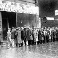 """""""VANAD HEAD AJAD"""": töötud mehed seisavad Suur depressiooni aegses New Yorgis supiköögi järjekorras. Kuigi inimesed on pidanud hirmsaid aegu kannatama, istub meis ometi sügav veendumus, et vanasti oli elu parem ja muru rohelisem"""