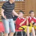 Vaido Rego pühendunud treenerina mängu jälgimas.