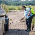 Jaunķaupi. Metsast on just väljunud saagita metsseajahtijad, kelle autot desinfitseeritakse. Kõige ümber levib aga senini kärsahais, ses just sealsamas läksid tuleohvriks esimesed nakatunud Läti sead.