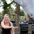 KESKNE KANGELANE: Krystal Stubbs (Kirsten Dunst) on miinimumpalka teeniv veepargitöötaja, kes liitub võrkturustusfirmaga Founders American Merchandise.