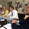 ПЕРЕГОВОРЫ: В июне 2002 года мэр Таллинна Эдгар Сависаар старался избежать подорожания цен на воду, обговоренного в момент приватизации Tallinna Vesi. Напротив него — члены совета компании Лес Белл и Роберт Пирс, а также член правления Боб Гальенн (слева направо).
