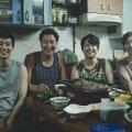 Lugu algab Kimide perega, kes elab suurlinnas umbsel soklikorrusel, püüdes juhutöödest elatudes neljakesi ots otsaga kokku tulla.