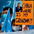 KUS MU VANAEMA ON? Noor uiguuri meeleavaldaja septembris 2020 Hiina suursaatkonna ees Berliinis.