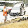 ФОТО | В Пирита на скользкой дороге легковушка врезалась в камеру замера скорости