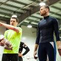 Võistlejate suvises treeninglaagris füsioterapeut Kristjan Mardoga (paremal) treeningu läbiviimist arutamas (juuli 2016).