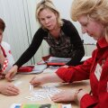 Sõpruse Rimi töötajad Larissa Demidova   (vasakul) ja Galina Gavlitskaja (paremal) õpivad Marleen Liinoldi juhendamisel hoolega eesti keelt.