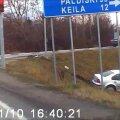 VIDEO: Tallinna lähedal paiskus auto liiklusavarii tõttu kraavi