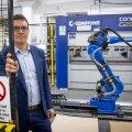 Harju Elektri juht Tiit Atso ettevõtte esimese nn robotkäega, millesse investeeriti ligi veerand miljonit eurot.