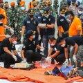 ВИДЕО | На месте крушения индонезийского самолета найдены фрагменты тел