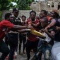 Les Cayes' linnas kakeldakse isegi telkide püstitamiseks sobiva plasti pärast, toidust rääkimata.