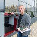 Arno Kütt näitab CleverPodi ehk eramaja pakiautomaati, kus üleval on sahtel lehtede jaoks ja all termokast toidukraami tarvis.