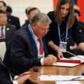 Beljaninov (keskel)  23. juunil Hiina ja Mongooliaga sõlmitud tollilepet allkirjastamas