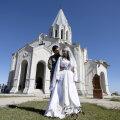 ВИДЕО | Свадьба во время войны. В Нагорном Карабахе пара решила венчаться прямо в разрушенном соборе