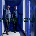 Uue põlvkonna andmekeskus värvib teletorni keldri siniseks. Pildil näitavad uut serveriruumi Levira juhatuse esimees Tiit Tammiste (vasakul) ja pilveteenuste divisjoni juht Margus Uustalu.