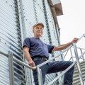 """""""Konkurents on sundinud kogu aeg külvipinda suurendama ja tehnoloogiat uuendama,"""" teatab Üllar Kaaver oma biokütusel töötava kuivatikompleksi juures."""