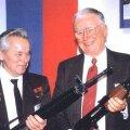 Mihhail Kalashnikov hoidmas käes M-16't ja seismas selle leiutaja Eugene Stoner kõrval, kes omakorda hoiab AK-47't käes