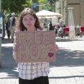 ЭКСПЕРИМЕНТ DELFI: Захотят ли прохожие обнять незнакомого человека?