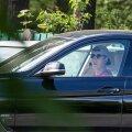 TÖÖTU MEES: Jaanus Konsa pakkis eelmisel nädalavahetusel  tennisevarustuse BMW pakiruumi ja lahkus oma maja juurest Nõmmel.