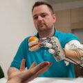 Viie aasta tagune pilt Dennis Aabo Sörensenist hoidmas robotkäe sõrmede vahel apelsini.