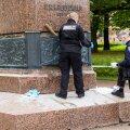 Tallinnas Kadriorus asuv Friedrich Reinhold Kreutzwaldi mälestusmärk langes ööl vastu 25. novembrit vandaalide ohvriks