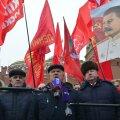 Геннадий Зюганов (в центре) под портретом Иосифа Сталина