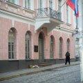 Vene saatkonna juurde toodi lilli