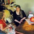 Järvamaal elav Anne Saar rääkimas ajakirjanikuga enda ja oma poja raskest saatusest. Sel suvel suri tema raske puudega poeg, kes viimastel aastatel üha enam tähelepanu vajas.
