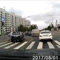 LUGEJA VIDEO   Autojuht kihutab vaskpöörde reast keelava fooritulega otse