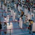 VAKTSINEERIMISLIIN TÖÖTAB: Hispaania haridustöötajad saavad vaktsiini Sevilla ülikooli spordikeskusesse üles seatud vaktsineerimiskeskuses.