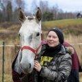 Mariliis Kivimäe tunnistab, et haiguse tõttu on vintsutada saanud ka tema vaimne tervis. Suurt lohutust pakuvad talle hobused, kellega tegelemine aitab muremõtteid eemal hoida. Pildil on Mariliis Hispaaniast pärit lusitaania tõugu hobuse Jude'iga.