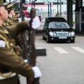 DELFI FOTOD ja VIDEO: Eksiilis viibinud riigijuhi säilmed jõudsid Eestisse