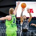 rechts Tyler Larson (Brose Bamberg, 55) links 03 Kaspar Treier (Dinamo Banco di Sardegna Sassari) Basketball Champions