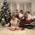 Ema Erli, saanis istuvad 2aastane Johann Sebastian, isa Jaanus, aastane William ja 12aastane Taniel.