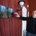 Viljam Borissenko näitab esimest Lootuse külla rajatud maja, mille kõrvale soovitakse rajada maja ka naistele.
