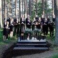 FOTOD   Metsakalmistul avati mälestuspaik laululavalt lahkunuile