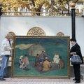 Mees ja naine poseerivad pealinnas Biškekis parlamendihoonest välja toodud maali kõrval. Uurijad pääsesid meeleavaldajate vallutatud nn valgesse majja alles üleeile.