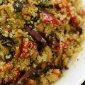 Kuskuss röstitud juurviljade, kikerherneste ja mandlitega.
