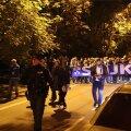 FOTOD | Soome jalkafännid läbustavad Tallinna südalinnas, sekkuma pidi ka politsei