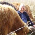Gwyn Jones kodutalus Walesis Llanfair Clydogaus oma veiste keskel.