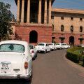 Ambassadorid reas India riigisekretariaadi hoone ees.