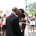 VIDEO | Võimas hetk! Äsja paari pandud paarike liitus rassismivastaste protestiaktsioonidega, mehel seljas ülikond ja naisel pruutkleit
