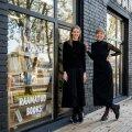 Triinu Kööba ja Elisa-Johanna Liiv raamatupoe Puänt ees Tallinnas
