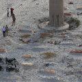 India, Prayagraj: politseinikud madalate haudade juures Gangese kallastel. (Foto: AP / Scanpix)