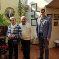 Saaremaa vallavolikogu esimees Tiiu Aro, Carl Bulla fondi president Valentin Elbek ja vallavanem Madis Kallas Peterburis Bulla majas.