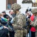 Saaremaaga tutvumisreidil Suurbritannia jalaväekompanii liikmed külastasid Kuressaare koole, tutvustasid piiskoplinnuse hoovil sõjaväetehnikat ja pidasid jalgpallikohtumise kohaliku jalgpallimeeskonnaga.Saaremaal viibib   Tapal asuva NATO lahingugrupi koosseisu kuuluv Suurbritannia pataljoni 100 meheline kompanii.