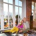 VALGUST JA PÄIKESESOOJUST jagub korterisse tänu maast laeni akendele. Põrandat katab looduslik Aafrika pähklipuust parkett, millele Charlene ja Bobby on laotanud mehe uue näituse ja raamatu pildivaliku.